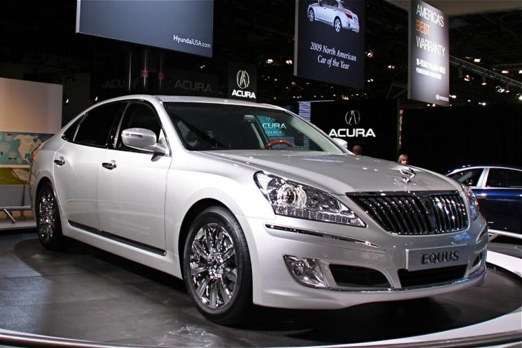 Front Right Silver 2010 Hyundai Equus Car Picture