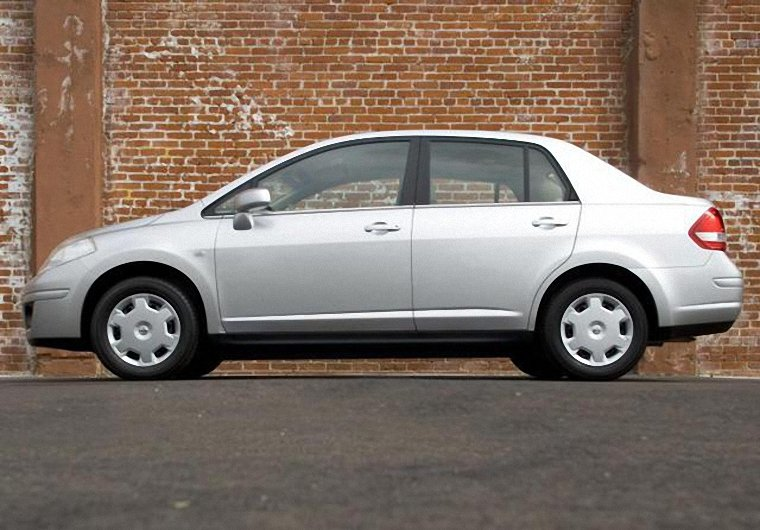 Left Side White 2009 Nissan Versa Car Picture