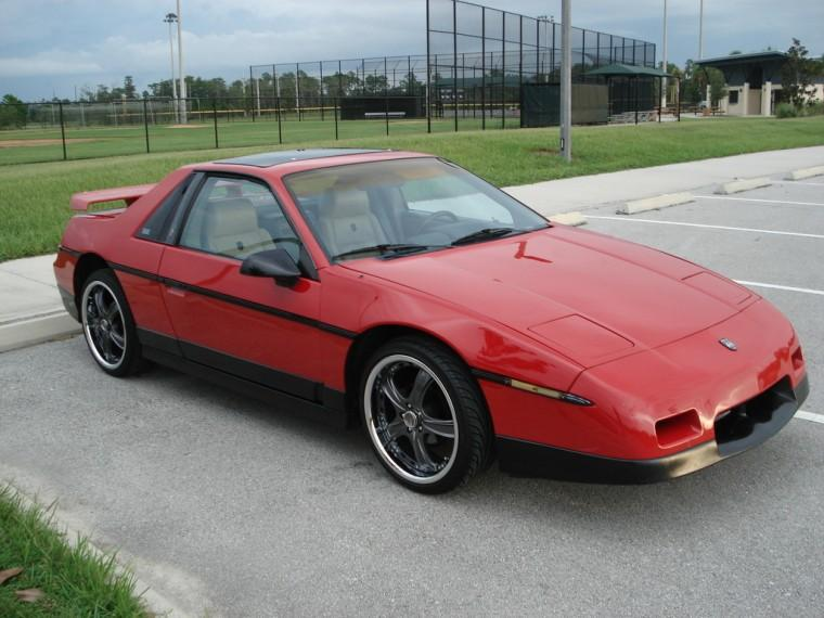 Front Right Red 1986 Pontiac Fiero Car Picture
