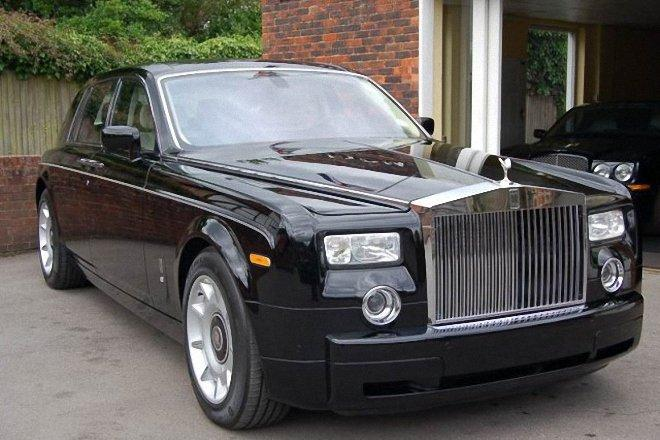 Front Right Black 2004 Rolls-Royce Phantom Car Picture