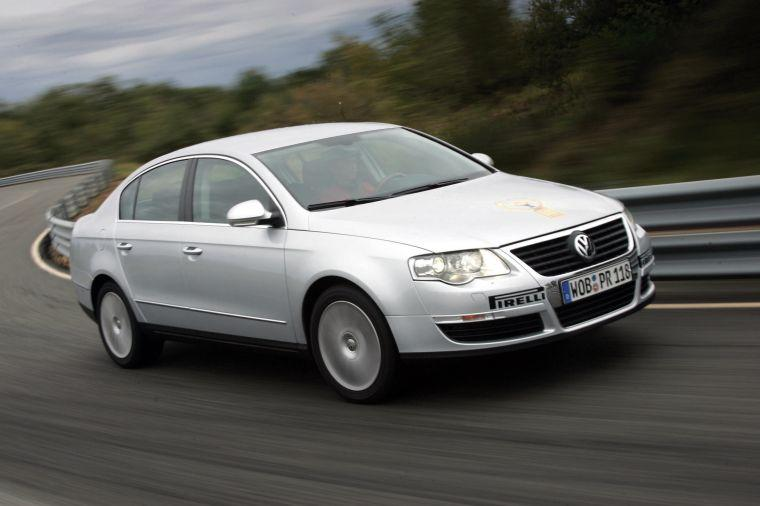Front right white 2005 Volkswagen Passat Car Picture